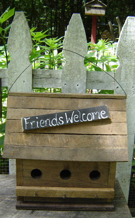 GA105 Friends Welcome Birdhouse-